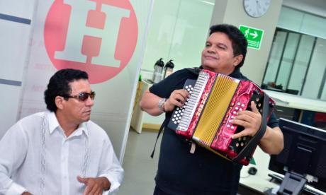 El cajero Widinston Arias, el popular 'Cosita' y Álvaro López, cuarto Rey de Reyes del Festival Vallenato, en su visita a la sala de redacción de EL HERALDO.