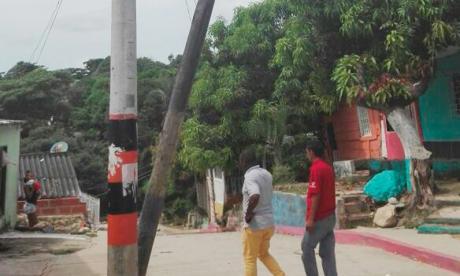 Comunidad de Malambo alerta sobre poste de energía inclinado