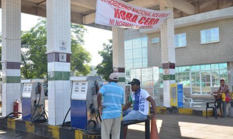 Las estaciones de servicios exhiben pancartas como medida de protesta.
