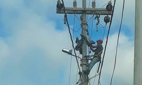 Hombre se sube a un poste y resulta electrocutado en Galapa