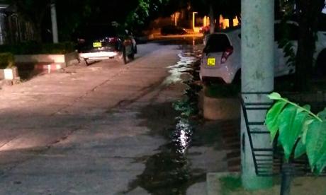 Reparan fuga de aguas servidas en el barrio Modelo