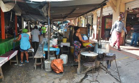 Puestos de comidas que ocupan el espacio público en la carrera 42B entre calles 30 y 31, en el centro.