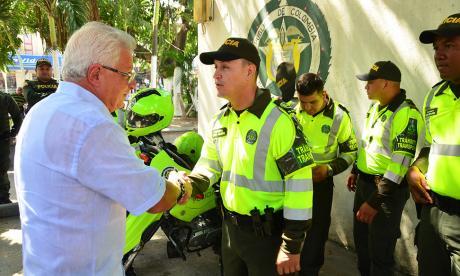 Joao Herrera, alcalde de Soledad, extiende la mano a un agente de Policía.