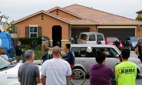 Vecinos de Perris, California, observan la casa en donde permanecían los hernanos Turpin.