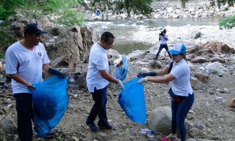 Checas, vidrios y bolsas plásticas, entre los objetos arrojados al río Guatapurí