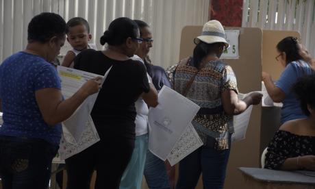 Ciudadanos realizan fila para dirigirse a un cubículo de votación en la ciudad de Barranquilla.