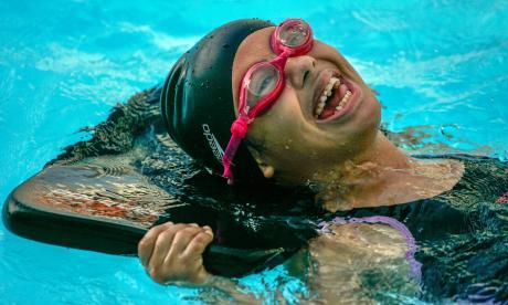 Julieth Mercado García, de 14 años, en una clase de natación, disciplina que practica hace tres años.