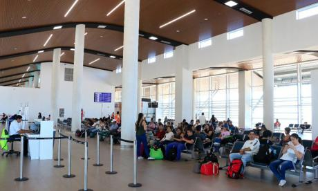 Pasajeros aguardan de un vuelvo en el aeropuerto Simón Bolívar.