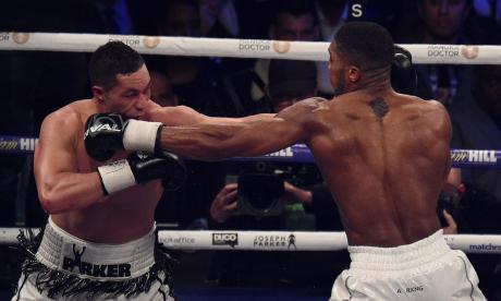 Anthony Joshua de pantaloneta blanca, golpeando a su rival, Joseph Parker.