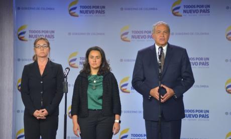 La directora de Posconflicto de la Alta Consejería para el Posconflicto, Claudia García; la viceministra General de Hacienda, Paula Acosta; y el vicepresidente Oscar Naranjo.