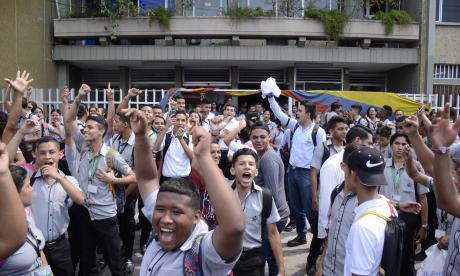 Estudiantes protestan en el Sena de la carrera 43.