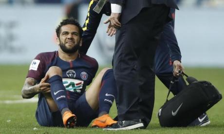 Dani Alves fue operado de la rodilla derecha
