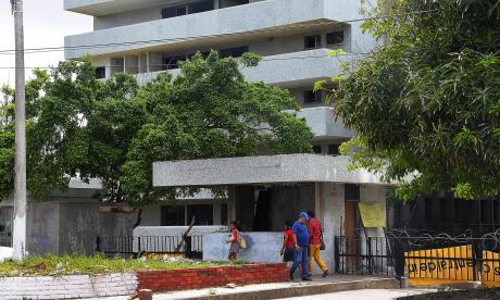 Varias personas transitan por el frente del antiguo edificio Instituto del Seguro Social (ISS) Los Andes.