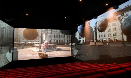 Sala Pathé equipada con pantalla Screen X en París.
