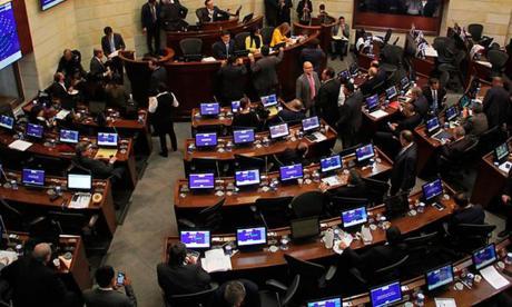Renuncia de Uribe al Senado genera opiniones divididas entre congresistas