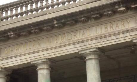 En video | Dos kenianas asumen el reto de rescatar bibliotecas coloniales
