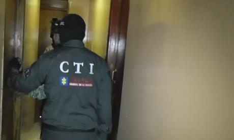 Dos agentes durante el recorrido por el pasillo secreto que unía a tres casas.