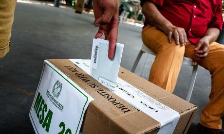 Una persona ejerce su voto.