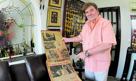 Bellingrodt posa junto a su archivo, donde tiene varias páginas de EL HERALDO.