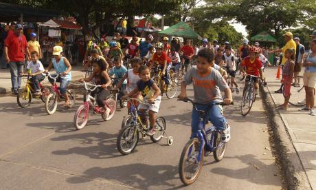Niños pedalean en Soledad en contra del maltrato infantil