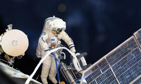 Cosmonautas analizan agujero hallado en la ISS