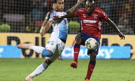 Jefferson Gómez ante la marca de Juan Caicedo.