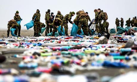 Comienza limpieza de playas tras la llegada del 'mar' de plástico