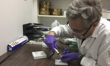 El doctor Glendon Parker, encargado de dirigir la investigación en muestras de 7.000 años de antigüedad.