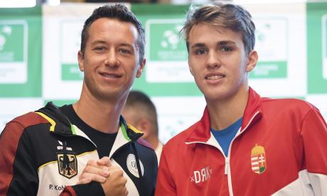Jugadores de Hungría y Alemania antes del inicio de la primera ronda de la Copa Davis.
