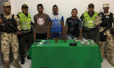 Drogas y armas en operativos nocturnos en tres barrios