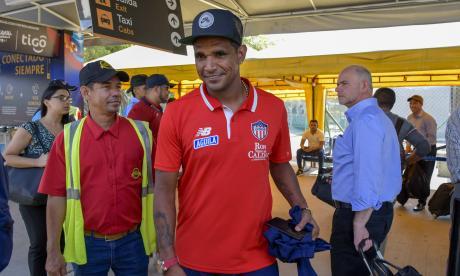 El volante Luis Narváez sonriente, saliendo del aeropuerto Ernesto Cortissoz.