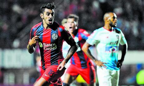 Hinestroza lamentando el gol de Román Martínez.