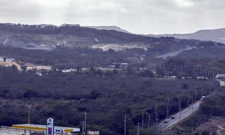 Vista aérea del lote donde se prevé construir una edificación, cercana a uno de los brazos del arroyo León.
