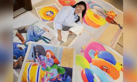 Rosario Heins rodeada de sus obras que resaltan la cultura caribeña.