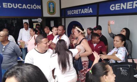 Colegios privados protestan para exigir pagos de becados