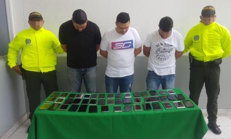 Capturan a tres con 107 celulares sin documentación