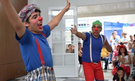 Dos payasos durante una obra de teatro de Cultulab.