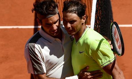 Roger Federer abrazándose con Rafael Nadal.