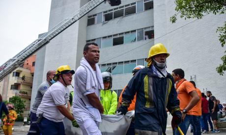 Momento en que bomberos y brigadas atienden emergencia.