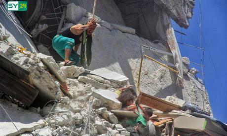 En video | Niña salva a su hermana de caer al vacío tras bombardeo en Siria