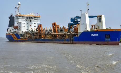 La draga 'Lelystad' navegando por el canal de acceso al Puerto de Barranquilla.
