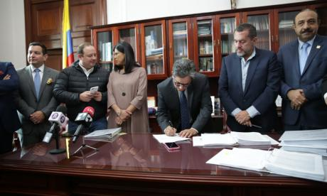 El ministro Alberto Carrasquilla y su equipo en la firma del presupuesto para 2020.