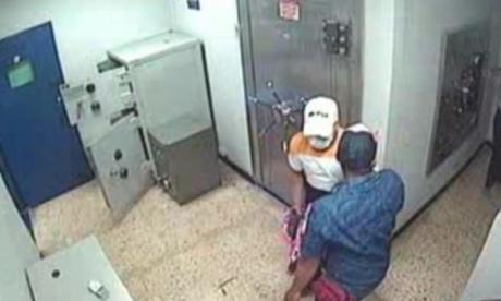 Los delincuentes en las cajas fuertes.
