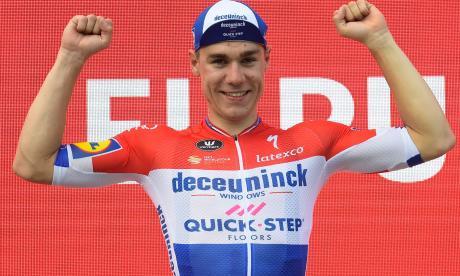 El holandés Fabio Jakobsen posa orgulloso en el podio de la cuarta etapa de la ronda ibérica.