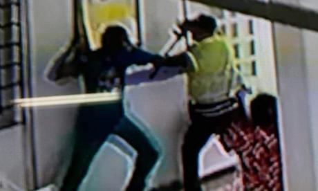 En video   Hombre con problemas siquiátricos intentó agredir a agentes de la Policía