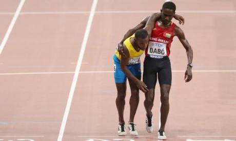 En video   Atleta de Aruba termina carrera de 5.000 m sostenido por un rival