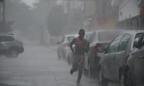 En video | Carros arrastrados, basuras y enfrentamientos deja el aguacero de este lunes