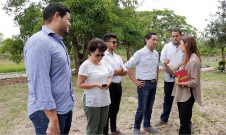 Funcionarios durante una visita de inspección a los terrenos en el municipio de Candelaria.