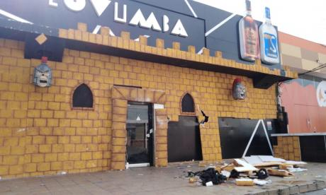 Así se ve la fachada de la discoteca la mañana de este domingo, tras el incendio.