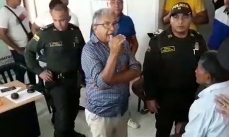 Instante en que el registrador de Tenerife les explicaba a la personas lo sucedido.